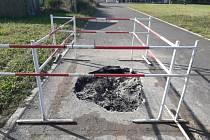 V doubravické lokalitě Zázmolí postavili nedávno dělníci novou silnici. Obec ji musela reklamovat.