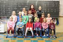 Žáči první třídy Základní školy Benešov s učitelkami a asistentkou.