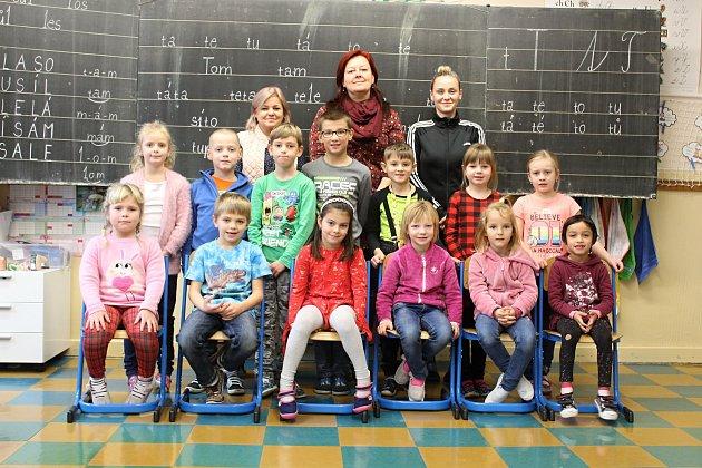 Žáči první třídy Základní školy Benešov sučitelkami a asistentkou.