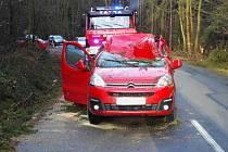 Na osobní auto spadl nedaleko Rozseče nad Kunštátem strom. Pro zraněnou řidičku musel přiletět vrtulník.