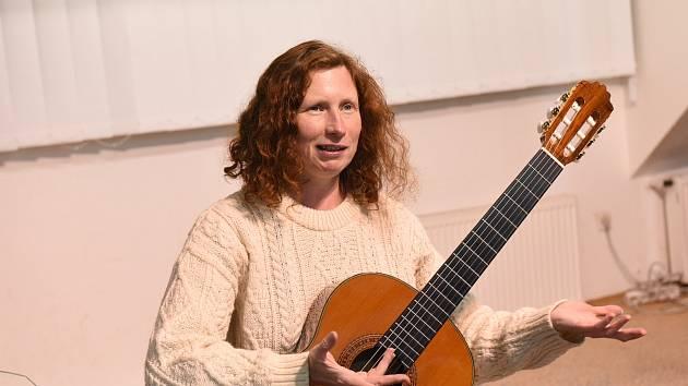 Zpěvačka a kytaristka Eva Henychová.