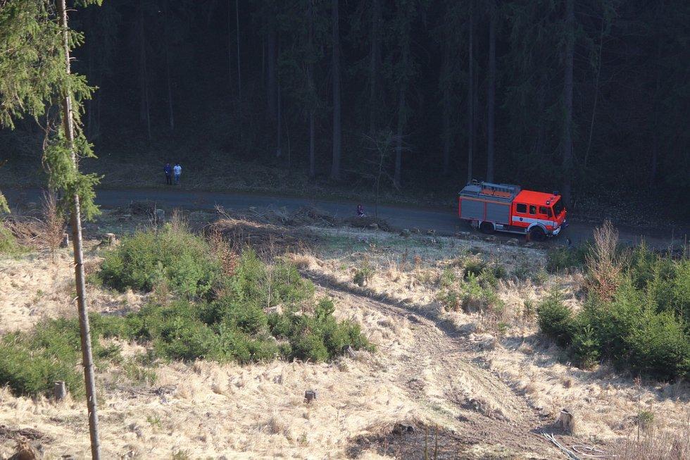 V Suchém Žlebu u obce Vilémovice na Blanensku hořela mýtina v prudkém srázu. Nedaleká rezervace Vývěry Punkvy byla v ohrožení. Požár lesa hasil i vrtulník.