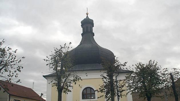 Ve Lhotě Rapotině mají druhý nejmenší filiální kostelík v Česku. Zato s třetí největší střechou ve tvaru cibule a varhanami s ručním taháním.