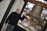 Symbolických třiatřicet. A každý nese jméno některého ze světců. Tolik zvonů má unikátní křtinská zvonohra v kostele Jména Panny Marie.