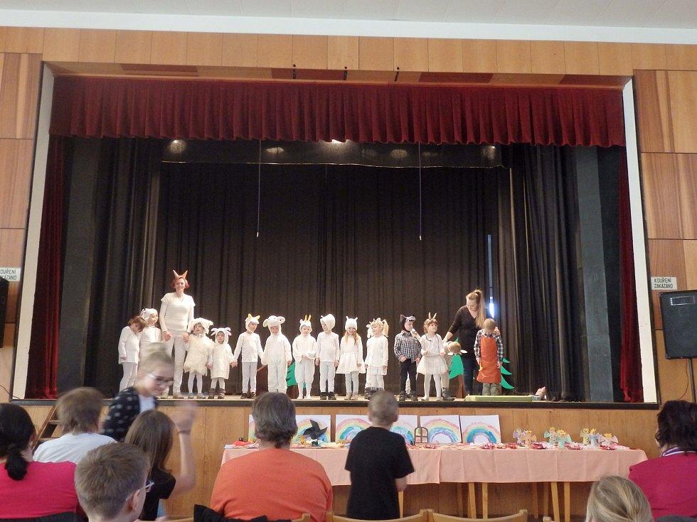 Vystoupení dětí v kulturním domě s pohádkou O kůzlátkách.