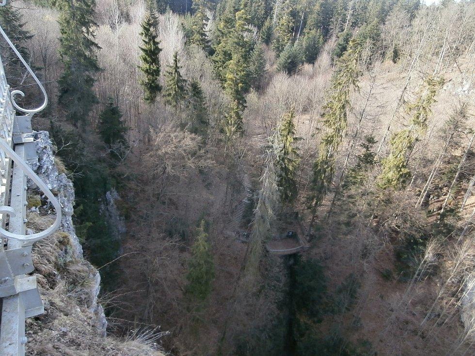 Propast Macocha má dva vyhlídkové můstky - Horní a Dolní.