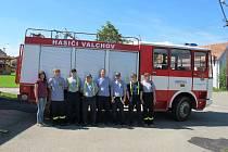 Do Strunkovic se vydalo sedm dobrovolníků z Valchova a valchovská starostka.