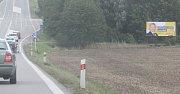 Mezi Brnem a Stvolovou je kolem silnice I/43 několik desítek billboardů, které odtud měly podle novely zákona do začátku září zmizet.