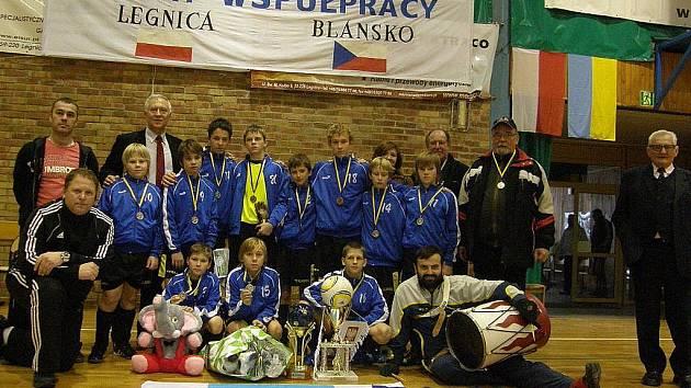 Žáci FK Apos Blansko přivezli z halového turnaje v polské Legnici stříbrné medaile.