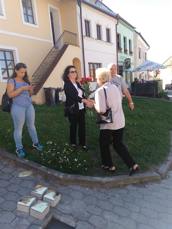 Kameny zmizelých. Řada z nich je v dlažbě zasazená díky iniciativě boskovické rodačky Blanky Dvořáčkové. Většina její početné židovské rodiny z Boskovic se nevrátila z koncentračních táborů.