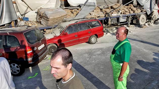 Vážnou dopravní nehodu, která Gajdošovu ulici totálně zablokovala, způsobil tahač Liaz naložený cementem. Za dosud nevyjasněných okolností vjelo auto s návěsem do protisměru, kde postupně narazilo do jedenácti aut.