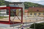 Dělníci měli dokončit klidovou zónu na místě bývalého hotelu Dukla v centru Blanska do konce dubna.  Město však stavbu kvůli nedostatkům nepřevzalo.