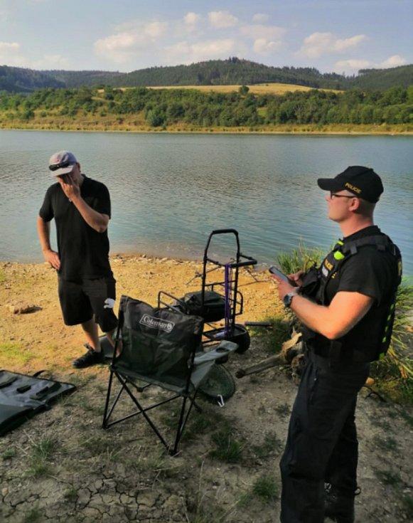 Kontrola rybářů u přehrady Křetínka.
