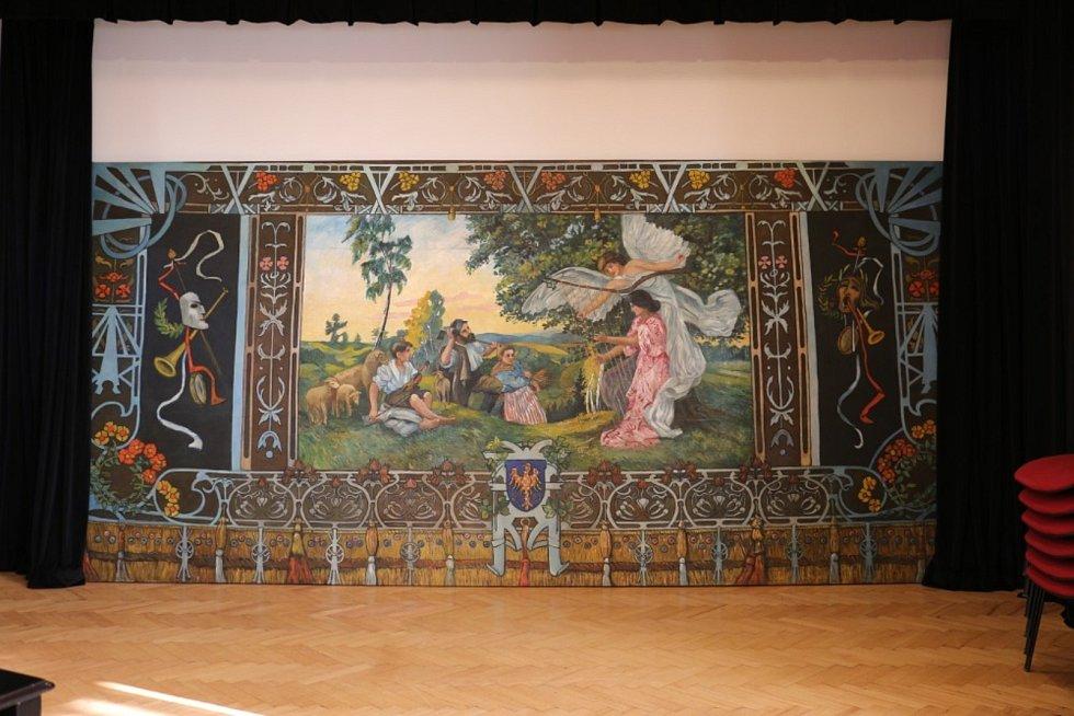 Malíř Otakar Kubín by měl radost. Do Vanovic se vrátila jeho obnovená opona. Restaurátorské práce stály obec tři sta tisíc korun. Sto tisíc věnoval kraj. Na snímku stav opony po restaurování.