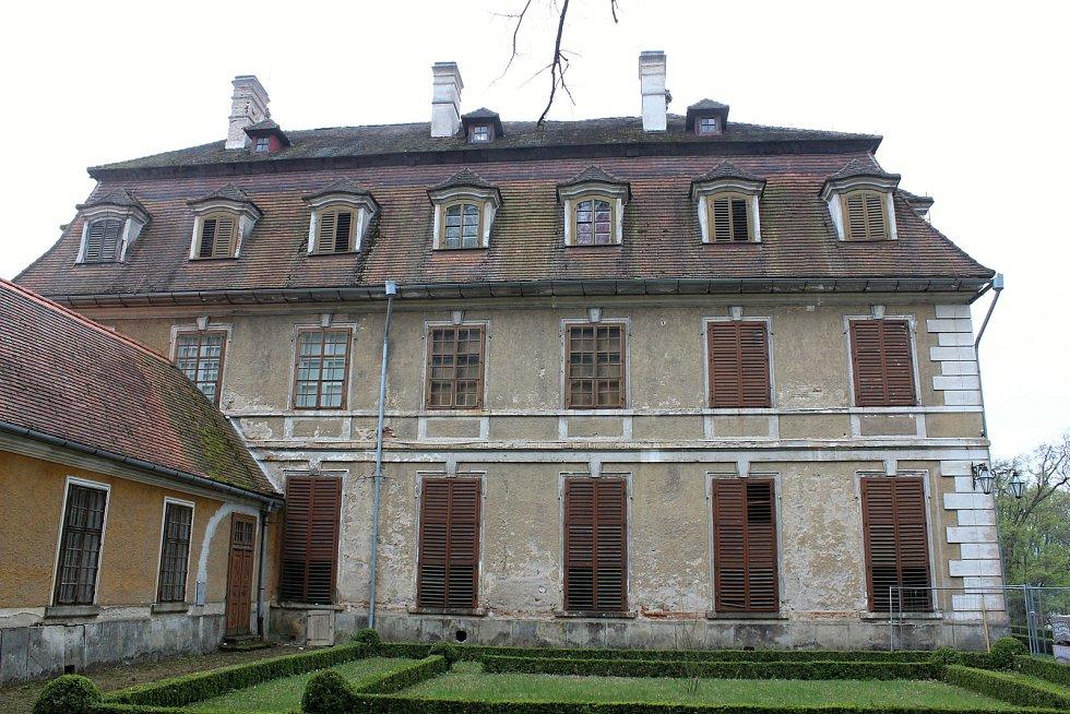 Na rájeckém zámku začaly opravy střechy.