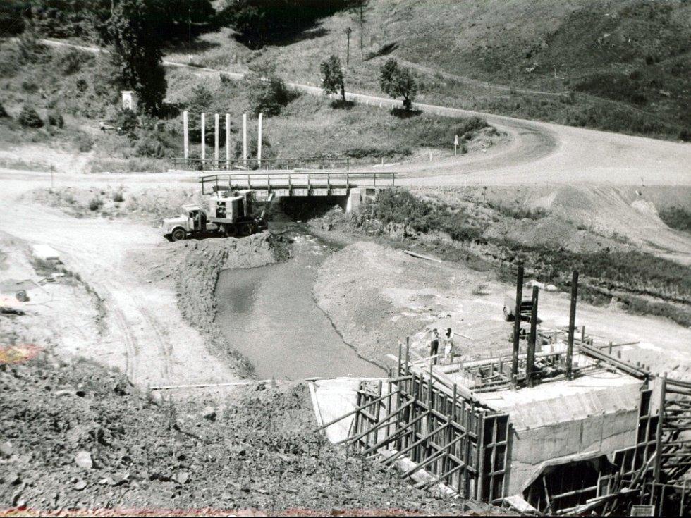 Základ odběrné věže s přívodním korytem (léto 1973).