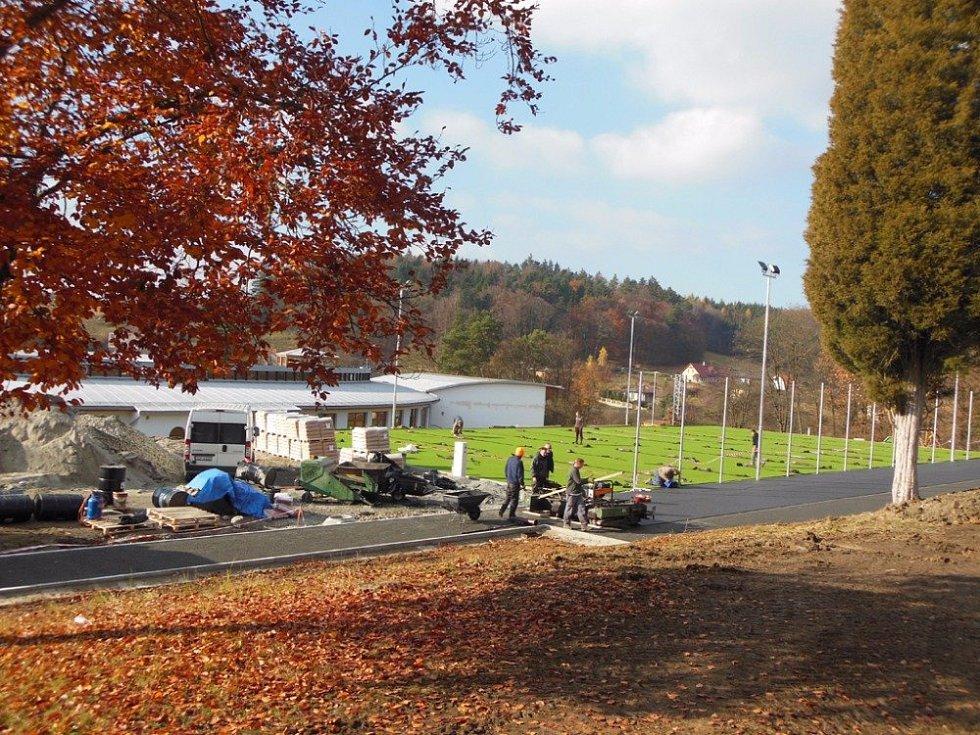 Za budovou základní školy ve Křtinách nyní pilně pracují dělníci. Do konce roku tam vznikne nové zázemí pro atletiku a míčové sporty.