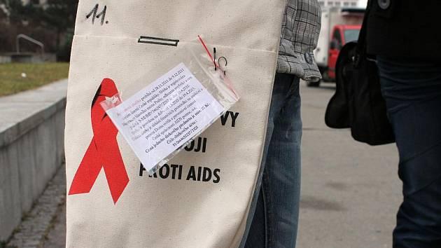 Několik dvojic z Gymnázia Blansko v ulicích města prodávalo červené stužky. Ty jsou symbolem solidarity s HIV pozitivními a nemocnými AIDS i symbolem prevence proti této nemoci.