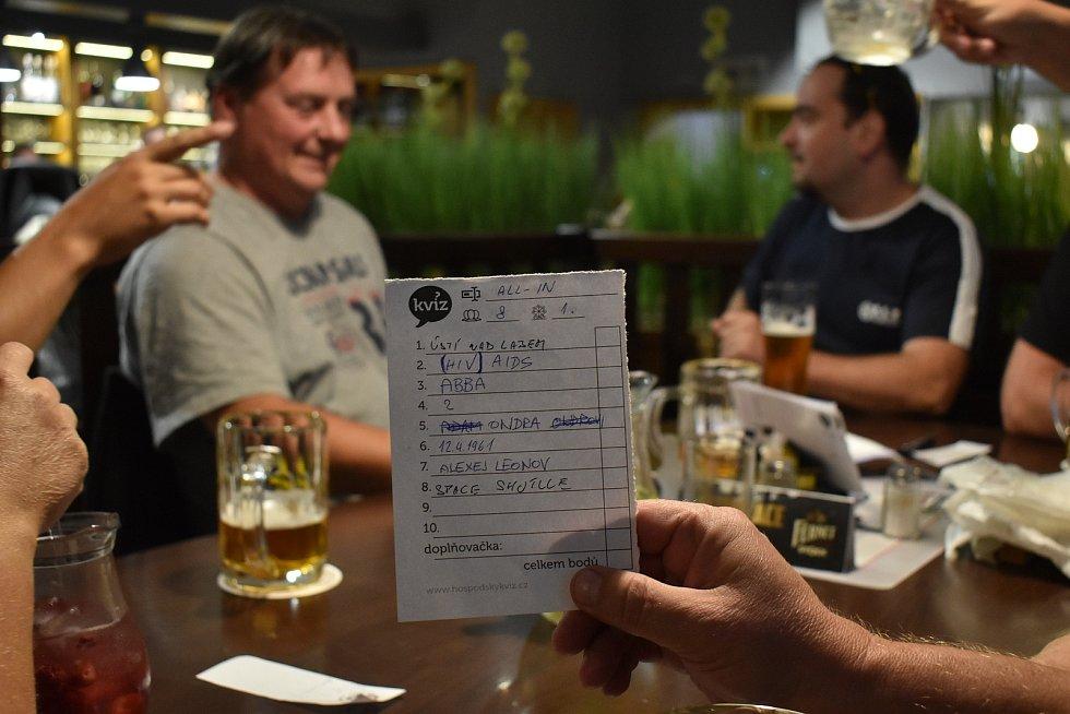 Blansko má mistry republiky v Hospodském kvízu. Tým All In na snímku při soutěži v blanenské restauraci Na Pražci.