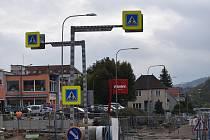Na průtahu Blanskem staví dělníci v ulicích Svitavská a Poříčí nové kruhové objezdy. Průjezdné mají být do konce listopadu.