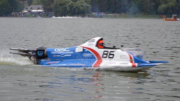 Závody motorových člunů: adrenalin pro závodníky, podívaná pro diváky