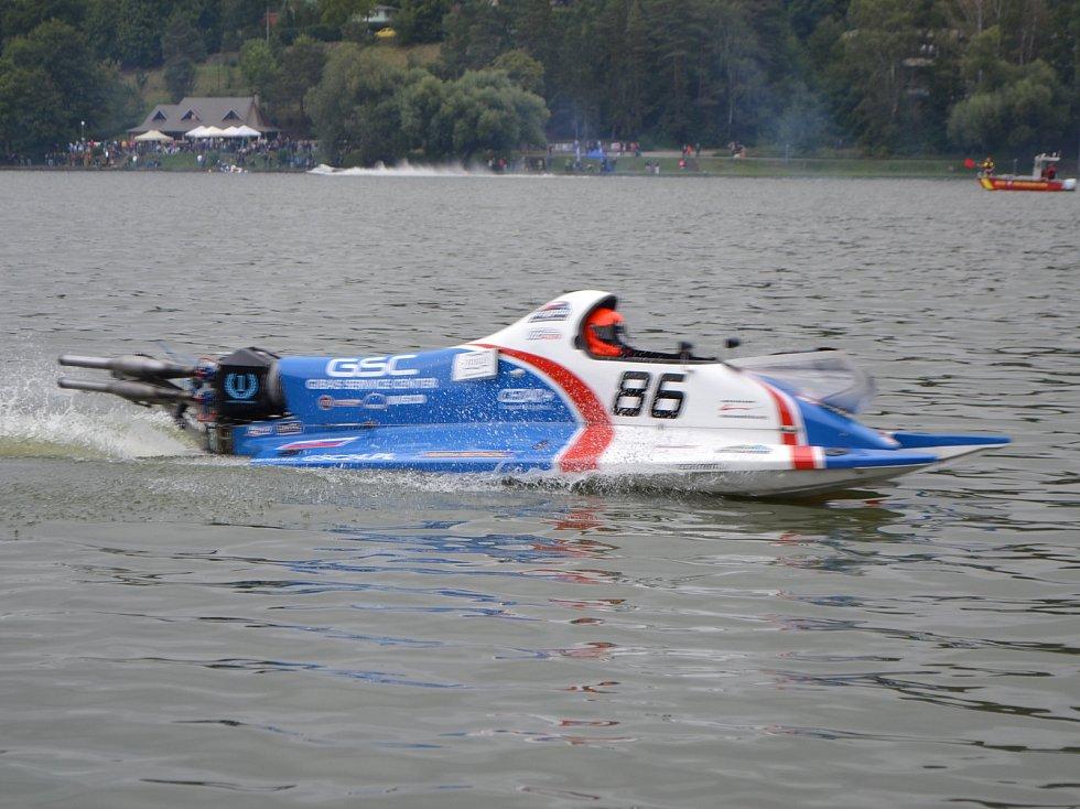 Adrenalin pro závodníky a podívaná pro diváky. V Jedovnicích závodily motorové čluny.