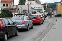 ILUSTRAČNÍ FOTO: objížďka opravovaného úseku silnice I/43. Objízdná trasa vedla přes Blansko.