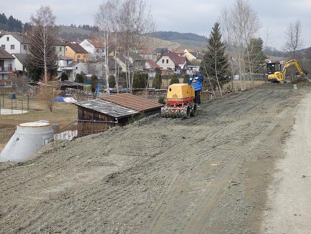 Při opravě průtahu Olešnicí dělníci postaví nové chodníky. Na místě, kde loni postavili novou kanalizaci, vznikl zatím provizorní chodník už teď.