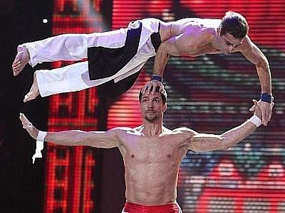 OBROVSKÝ ÚSPĚCH. Siloví gymnasté Zdeněk Moravec (nahoře) a Petr Horníček jako DaeMen vyhráli soutěž Česko Slovensko má talent. Vybojovali si zhruba dva miliony korun a angažmá v Las Vegas.