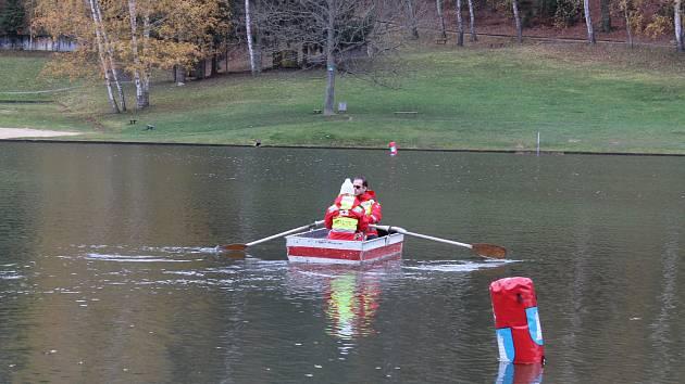 Plavkyně zkolabovala v závodě na 250 metrů ve studené vodě blanenské přehrady.