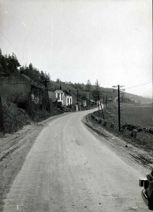 Část obce Lazinova se starou komunikací Lazinov-Letovice v době likvidace (jaro 1975).