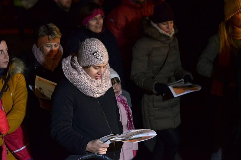 Před Městským kulturním střediskem Adamov vystoupil při akci Česko zpívá koledy Kroužek zpívání pro radost tamních seniorů. Doprovodily je také děti ze základní školy v ulici Ronovská.