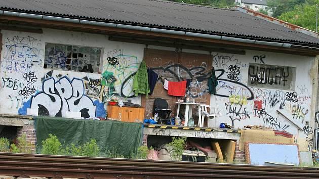 Bezdomovci se v Blansku zabydleli na rampě mezi dvěma vlakovými zastávkami.