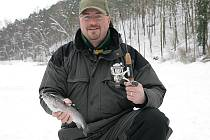 Ani sníh a mráz neodradí rybáře, aby si nechytili rybu. Na rybníku v Černé Hoře se v pátek odpoledne snažilo několik lovců přelstít nějakého pstruha nebo jesetera.