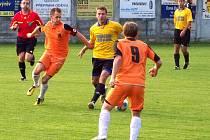 Fotbalisté Blanska (v oranžovém) prohráli v divizi na hřišti Konice 1:0. Hosté navíc dohrávali po vyloučení Němce v deseti.
