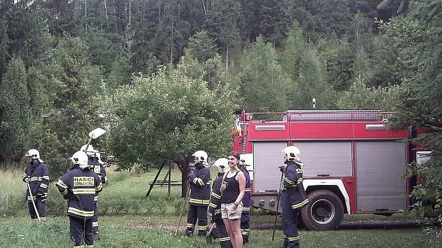 Krávy valící se ze strmého kopce dolů k táboru vyděsily děti i vedoucí v lesích blízko Újezdu u Černé Hory. Poté, co se děti ukryly za brodem, prohnalo se asi třicet krav táborem. Zvířata utekla z blízké ohrazené pastvy.