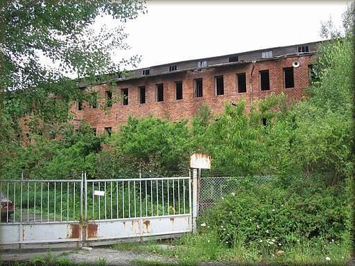 STARÁ CIHELNA, BLANSKO. Po válce se majitelé snažili obnovit výrobu, v roce 1948 však komunisté cihelnu znárodnili a později tam výrobu cihel ukončili. Po revoluci se vrátila majitelům. Budovy ale byly tak zchátralé, že se jim už nepodařilo výrobu obnovit