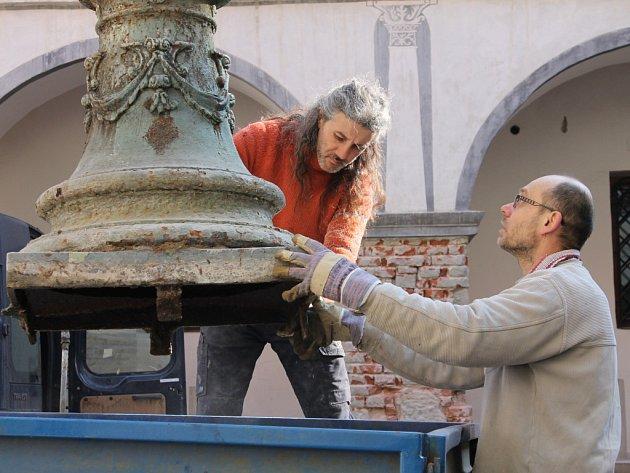 Dělníci intenzivně pracují na opravách zámku v Blansku. Součástí prací za zhruba dvanáct milionů korun jsou i úpravy nádvoří, v jehož středu stojí asi sto třicet let stará kašna se sochou Dívky s vázou. Kašnu nyní odvezli k celkové rekonstrukci pracovníci