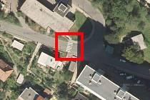 Sídliště Horka leží ve strmém kopci. Někteří starší lidé tak mají problém dostat se z domu na nákup do supermarketu v centru. Do zmíněné lokality jezdí autobus, který zastavuje na dvou místech. Někteří však chtějí ještě jednu zastávku v ulici Sadová.