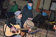 Na Masarykově náměstí v Boskovicích zpívalo koledy pod vánočním stromečkem asi sto padesát lidí.