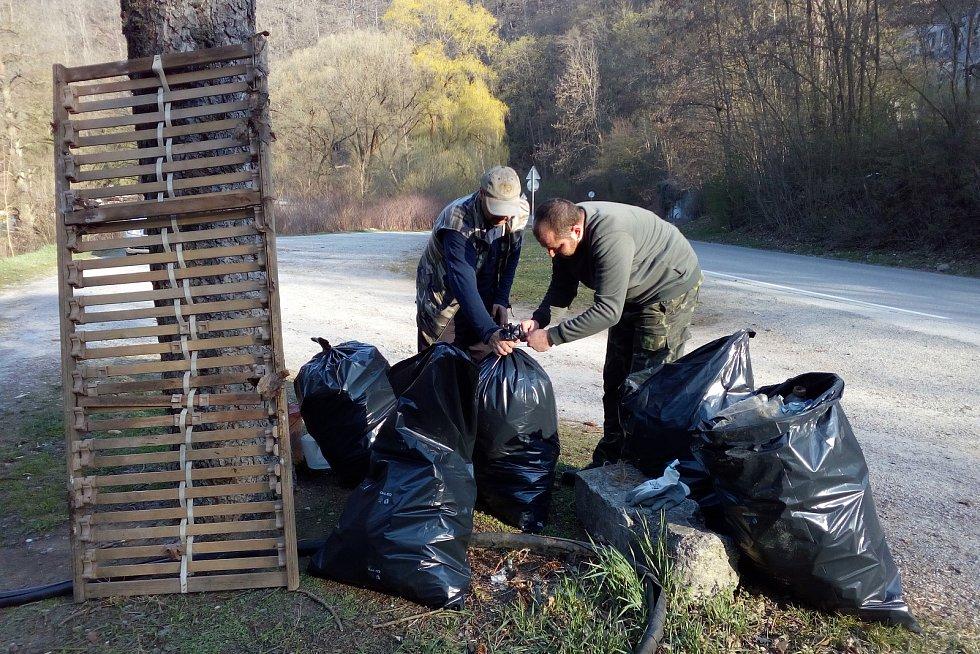 Několik adamovských rybářů se v pátek vydalo k řece Svitavě uklízet odpadky.