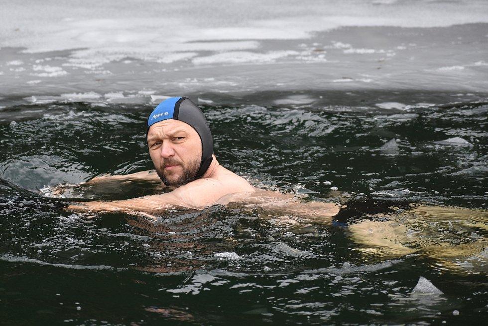 Do zatopeného lomu na okraji Blanska chodí pravidelně otužilci.