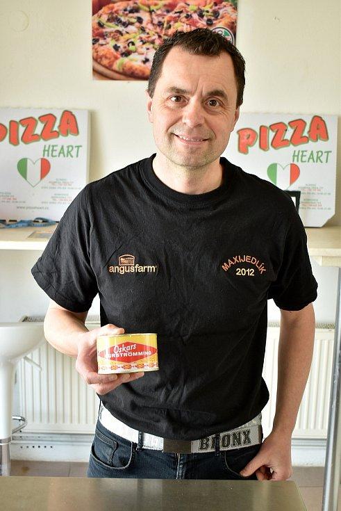 Maxijedlík Jaroslav Němec slupl v Boskovicích půlmetrovou pizzu. Za devět minut. Na snímku s plechovkou Surströmming. Jedná se o švédskou specialitu ze zkvašeného rybího masa. A jedno z nejvíce páchnoucích jídel.
