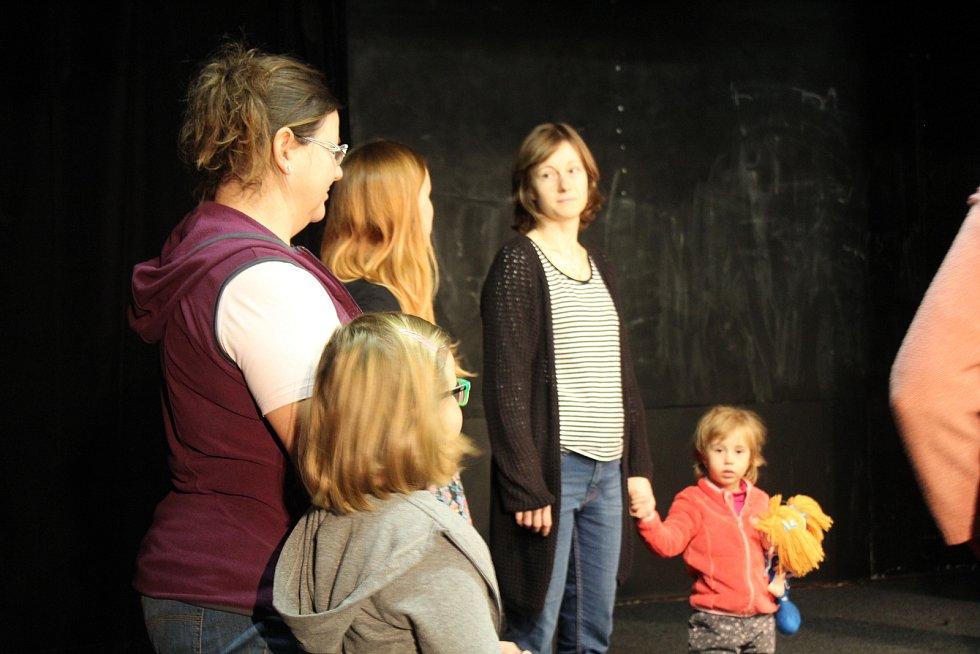V blanenském divadle Kolárka se v neděli uskutečnila pěvecká dílnička. Na akci dorazily maminky s dcerami.