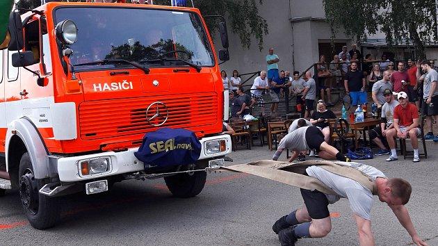 Siláci tahali třítunové hasičské auto. Se stokilovým kufrem trénovali nákupy