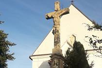 Vanovičtí nechali opravit kamenný kříž u kostela svatého Václava.