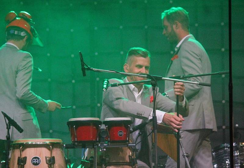 Koncert Vojtěcha Dyka a brněnského B-Side Bandu v letním kině v Boskovicích.