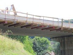 Opravovaný most na silnici I/43. Řidiči musí jezdit přes Černou Horu.