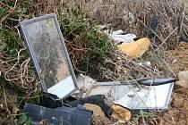 Na ploše, kde měla stát fotovoltaická elektrárna v Ráječku, začínají lidé vozit odpad.