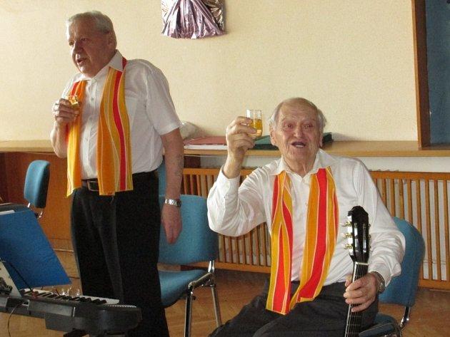 Příjemné posezení s přáteli. U sklenky vína, s koláčky a chlebíčky. Do toho zpívání lidových písniček. V Městském kulturním středisku Adamov slavil v neděli odpoledne tamní Kroužek zpívání pro radost deset let od založení.